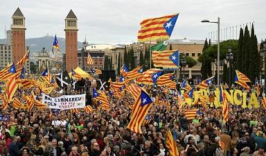 Gobierno amenaza con cortar la financiación a Cataluña si sufraga el referendo; disminuye apoyo popular