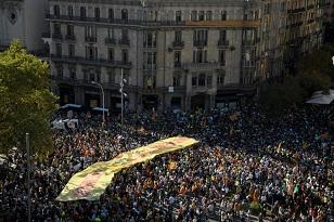Tensión entre policía e independentistas catalanes en Barcelona