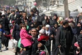 Miles de civiles huyen de dos frentes en Siria